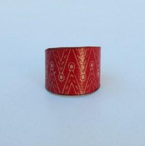 bague cuir rouge batik base métallique adaptable