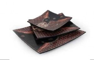 plat carré batik motifs floraux noir et rouge PM 16x15.5 cm