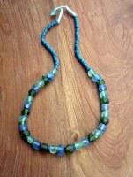 Collier en verre recyclé vert et bleu