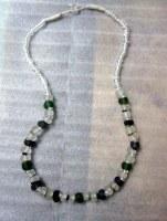 Collier en verre recyclé vert noir et blanc