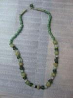 Collier en verre recyclé vert jaune et blanc