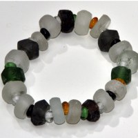 Bracelet en verre recyclé dépoli tons noir et blanc extensible