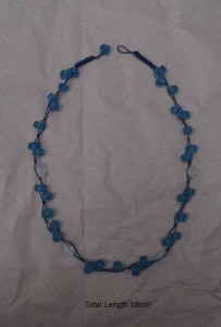 Collier en verre recyclé dépoli tons bleu, marron, vert, gris et blanc extensible 6 cm