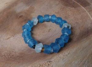 Bracelet en verre recyclé dépoli tons bleu et vert extensible 6 cm