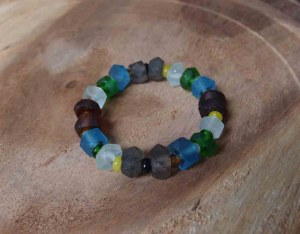 Bracelet en verre recyclé dépoli tons bleu, blanc, brun vert extensible 6 cm